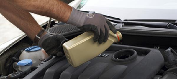 Motoröl bei einem Auto auffüllen